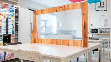 Limitez le risque d'infection en espace de travail avec le panneau de protection. En forex avec fenêtre en PVC ou Vitre en plexi transparent.