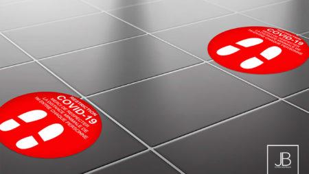 Des adhésifs de sol pour guider vos clients dans votre magasin, commerce ou lors d'un salon événementiel. #adhesifs #stickers #etiquettes #publicitaire #gestesbarrieres #covid #covid19 #graphisme #communication #communicationdigitale #gelhydroalcoolique